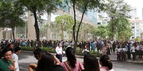 Hàng trăm người chạy khỏi tòa nhà Vincom vì khói bốc nghi ngút