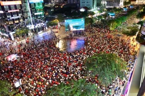 Hàng chục ngàn cổ động viên cùng du khách quốc tế xuống đường tiếp sức cho Olympic Việt Nam