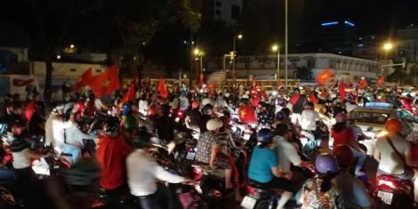Cổ động viên xuống đường ăn mừng chiến thắng lịch sử của bóng đá Việt Nam