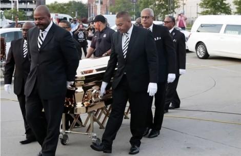 Nữ hoàng nhạc Soul Aretha Franklin: Chết vẫn lộng lẫy giữa hàng trăm đóa hồng