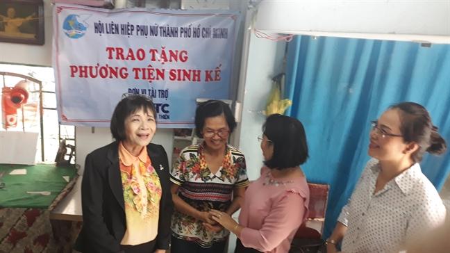 Tang phuong tien lam an cho 10 phu nu ngheo Quan 7