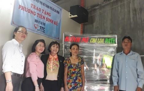 Tặng phương tiện làm ăn cho 10 phụ nữ nghèo Quận 7