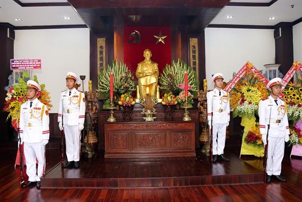 Lanh dao Chinh phu va TP.HCM dang huong tuong nho Bac Ho