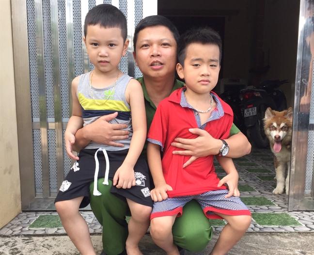 Trung uy cong an lao xuong dong nuoc lu cuu be trai 6 tuoi