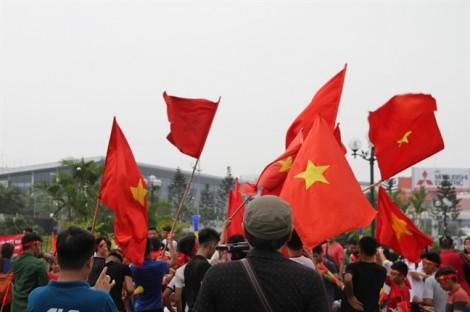 Hàng ngàn người tập trung ở sân bay Nội Bài đón đội Olympic Việt Nam