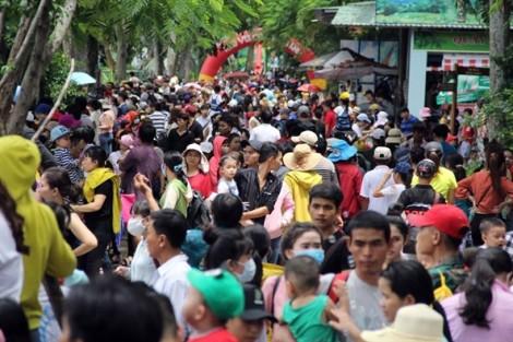 Thảo Cầm Viên Sài Gòn quá tải, trẻ em vật vờ, người lớn bày đồ ăn nhậu