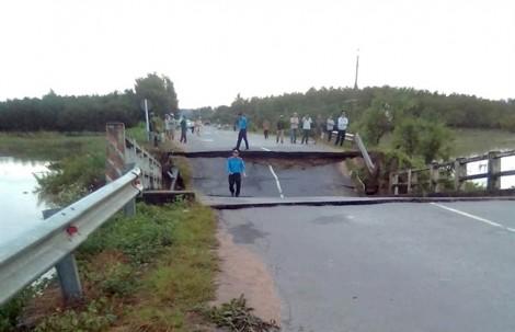 Sập cầu đôi tại Bình Thuận, giao thông từ Đồng Nai đi TP.HCM bị chia cắt