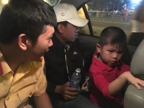 CSGT giúp cháu bé đi lạc tìm người thân trong đêm bắn pháo hoa
