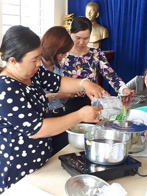 Huyen Nha Be: Mo lop day pha che thuc uong cho hoc vien