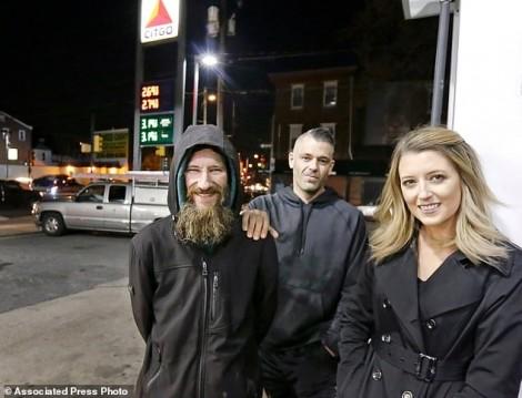 Quyên góp 400.000 USD trả ơn người vô gia cư, cặp đôi lén mua xe sang, du lịch khắp nơi