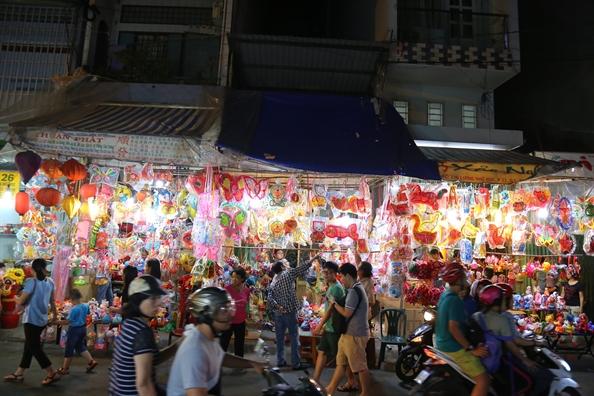 Pho long den Sai Gon ruc ro truoc tet Trung thu