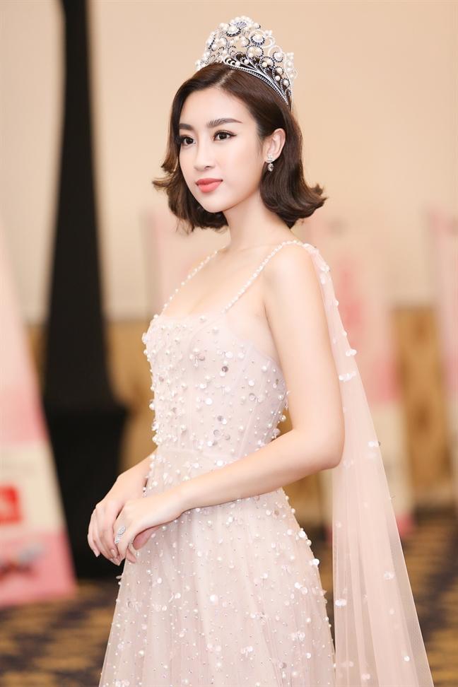 Hoa hau Quoc te 2017 trao bang deo cho dai dien Viet Nam