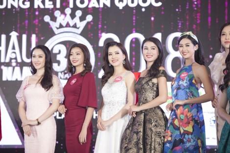 Hoa hậu Quốc tế 2017 trao băng đeo cho đại diện Việt Nam