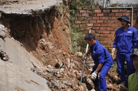 Sập 20m bờ taluy giữa khu dân cư ở Đà Lạt
