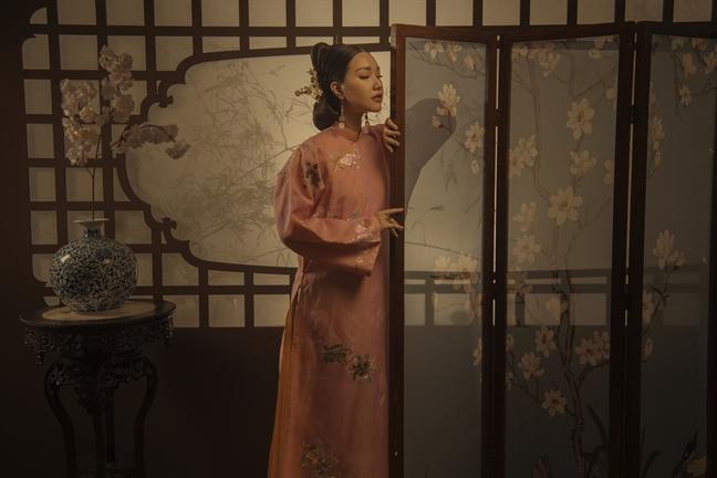 Ao dai theu tinh xao lay cam hung tu cung dinh Hue