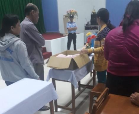 Hai bé gái song sinh chết lưu, người nhà mang thi thể đến bệnh viện đòi làm rõ