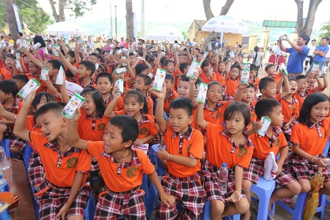 Quy sua Vuon cao Viet Nam va Vinamilk trao 66.000 ly sua cho tre em tinh Vinh Phuc nhan dip tet Trung thu