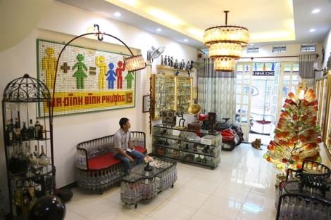 Ngôi nhà sở hữu bộ sưu tập nội thất làm từ hơn 10.000 chai lọ ở Sài Gòn