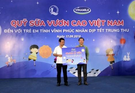 Quỹ sữa Vươn cao Việt Nam và Vinamilk trao 66.000 ly sữa cho trẻ em tỉnh Vĩnh Phúc nhân dịp tết Trung thu