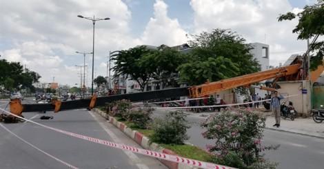 Cần cẩu đổ ngang đại lộ, nhiều người thoát nạn trong gang tấc