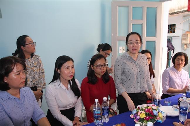 Hoi LHPN TP.HCM: Trao 2 mai am tinh thuong cho phu nu ngheo