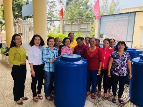 Quận Tân Phú: Tặng bồn nước cho phụ nữ nghèo huyện Cần Giờ