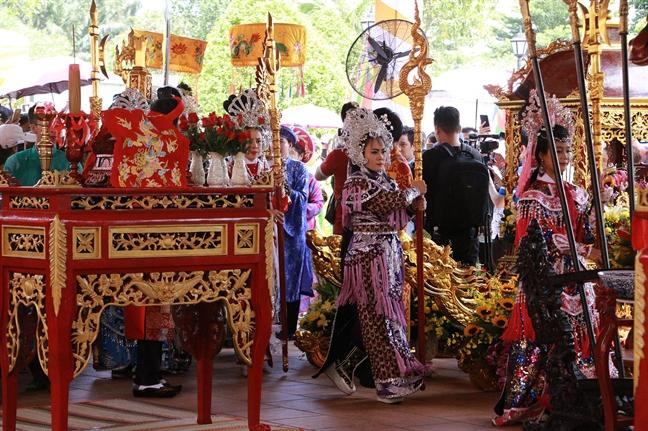 Nguoi gia, tre em doi nang xem le gio To san khau tai den tho To cua nghe si Hoai Linh