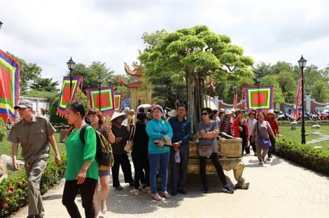 Người già, trẻ em đội nắng xem lễ giỗ Tổ sân khấu tại đền thờ Tổ của nghệ sĩ Hoài Linh