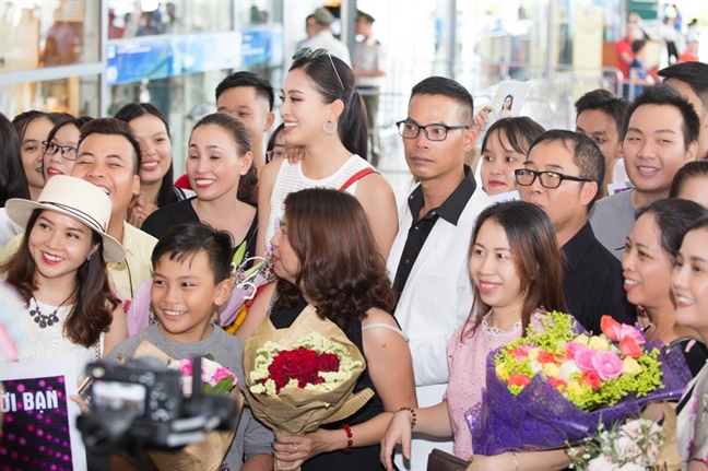 Nguoi dan Hoi An hao huc don Hoa hau Tran Tieu Vy ve tham que