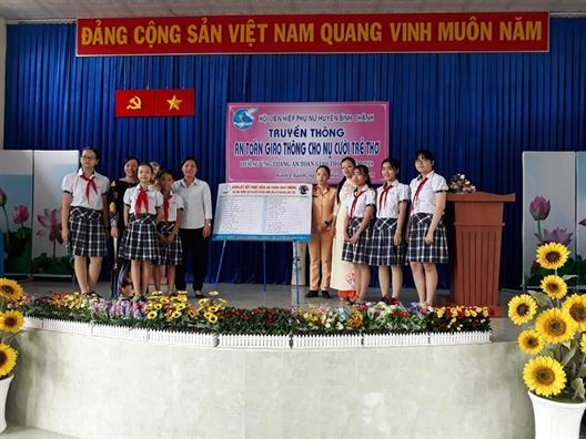 Huyen Binh Chanh: Truyen thong ve an toan giao thong cho tre em