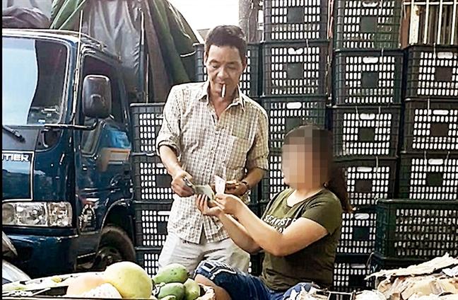Tham nhap bang nhom bao ke o cho Long Bien - Ky 2: Choi don ban voi nguoi dam to cao