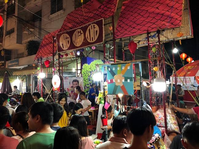 Hang ngan nguoi do ve pho long den don Trung thu