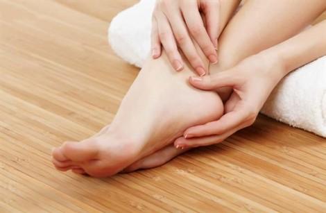 Đừng lơ là da tay, chân sau khi đi mưa