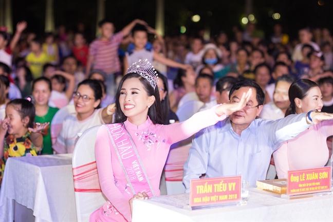 Hoa hau Tran Tieu Vy duoc UBND tinh Quang Nam tang bang khen