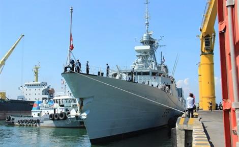 Chiến hạm Canada treo cờ rủ tưởng niệm Chủ tịch nước Trần Đại Quang
