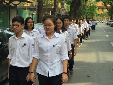 Hàng trăm học sinh trường Chu Văn An xếp hàng vào viếng Chủ tịch nước Trần Đại Quang