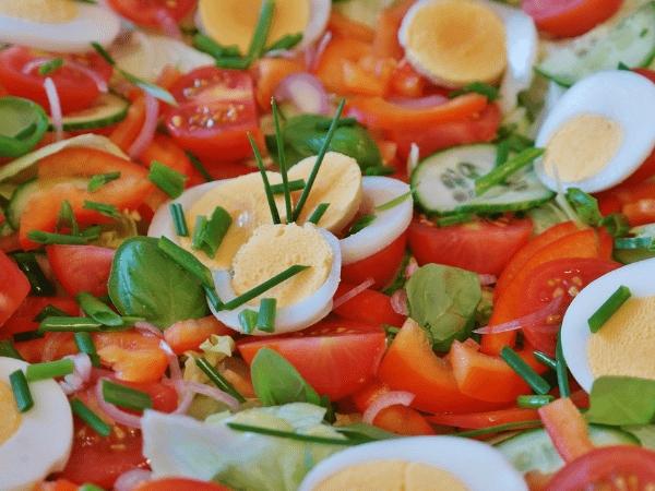 7 nguyen lieu phu be mat salad nen chon khi giam can (Phan 1)