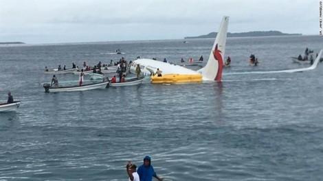 Máy bay chở 47 người lao thẳng xuống biển