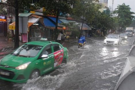 Mưa như trút nước giữa trưa, người Sài Gòn vượt ngập ngày cuối tuần