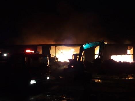 Cháy lớn tại công ty đệm mút, đồ gỗ ở Bình Dương