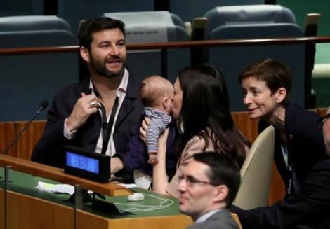 Thủ tướng New Zealand đem con dự họp LHQ lọt vào top ảnh ấn tượng nhất tuần