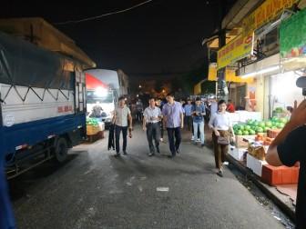 Đình chỉ công tác Phó Ban quản lý và hai tổ bốc xếp trong vụ 'bảo kê' chợ Long Biên