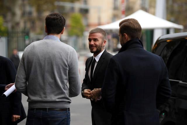 Hoa hau Tran Tieu Vy trao co Viet Nam cho David Beckham