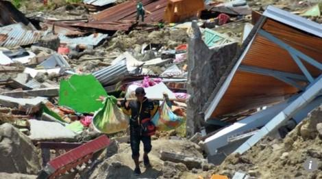 Động đất ở Indonesia: Người cứu hộ chết lặng khi thấy bố ôm chặt em gái dưới bùn
