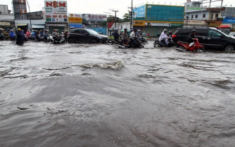 Cửa ngõ miền Tây Sài Gòn ngập nặng, kẹt xe sau 30 phút mưa lớn