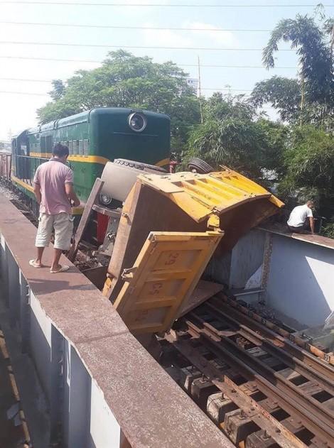 Tàu hỏa kéo lê xe khách, 5 nạn nhân nhập viện vì đa chấn thương