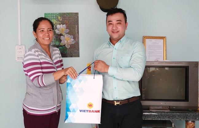 Vietbank trao nha tinh thuong cho nguoi dan Nha Be