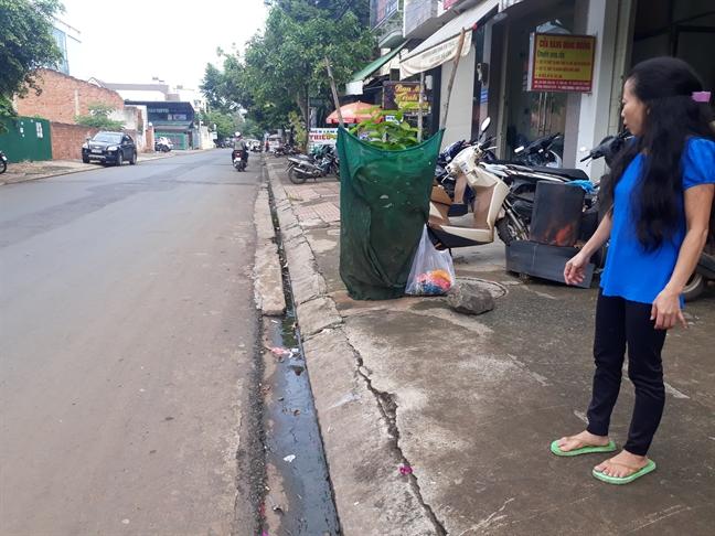 Tren duong di sinh, thai phu bi giat tui xach