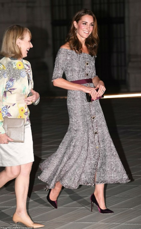 Công nương Kate Middleton tái xuất gợi cảm với set đồ trăm triệu