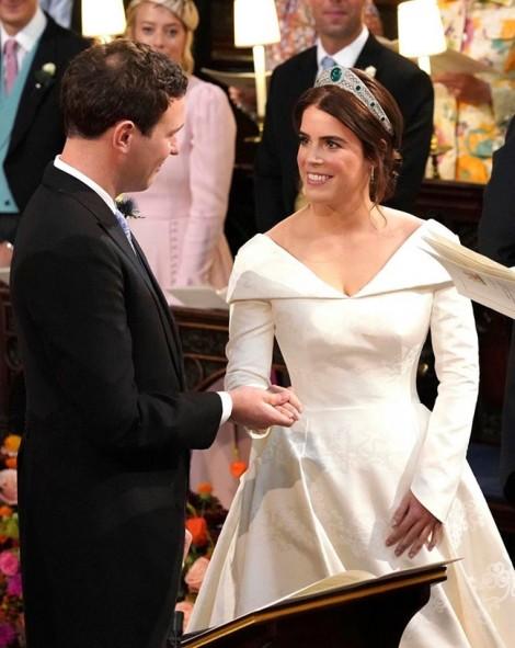 Công chúa Eugenie quyết định xẻ váy cưới táo bạo để hở vết sẹo ở lưng